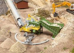 Jaw crusher with conveyor belt
