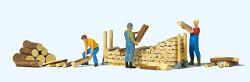 Beim Stapeln von Brennholz